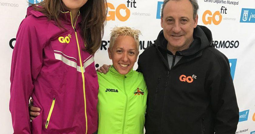 Nuria Prieto, en el centro, junto a Ruth Beitia y Fermín Cacho