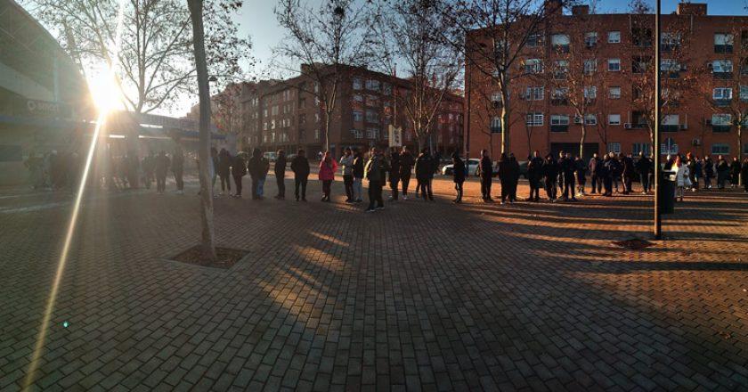 Colas en el Coliseum (foto: Twitter @HoraAzulona)
